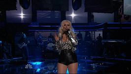 Christina Aguilera v černých mini šortkách.
