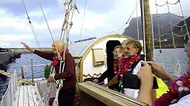 Anthony Smith mává lidem ze svého voru, ve kterém se třemi přáteli zvládl přeplout Atlantský oceán.