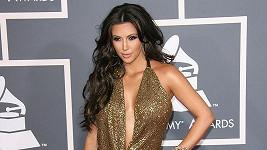 Svůdná modelka Kim Kardashianová oslnila hlubokým dekoltem na předávání cen Grammy 2011.