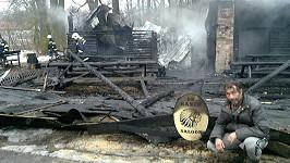 Zničený Honza Pokorný před vyhořelým srubem na svém ranči.