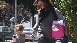 Přestože je herečka těhotná, takový vytahaný ohoz mohla vyměnit za něco více šik.
