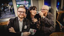 Jan Smigmator a Mitch Winehouse se svou podporovatelkou a přítelkyní Laurou Jane Butler