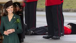 Okouzlující princezna Kate a voják, kterému se udělalo nevolno.