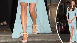 Vévodykně z Cambridge odhalila své štíhlé nohy v modelu od Jenny Packham.