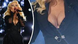 Christina Aguilera předvedla parádní dekolt.