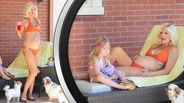 Tori Spelling s dcerou Stellou a jejich psíky relaxují u bazénu.