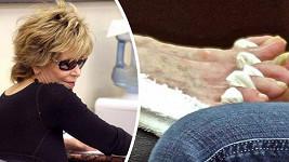 Jane Fonda u pedikérky.