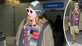 Nepochopitelná módní kreace Johna Galliana na letišti v Los Angeles.
