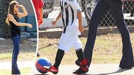 Victoria Beckham a její štíhlé nožky.