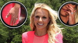 Britney s původními okousanými nehty a novou manikúrou.