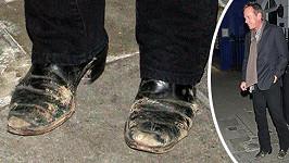 Tímto se Kiefer Sutherland odepsal u všech žen, které si u mužů zakládají na naleštěných botách.