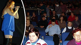 Koncert Ivety ve Svitavách. Většina lidí údajně přišla zadarmo a ze soucitu.