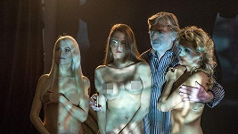 Vladimír Kratina ve společnosti nahých dívek ve filmu Miluju tě modře