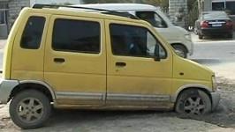 Řidič najel do tuhnoucího betonu. Auto museli vysekat