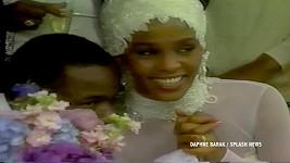 Svatební šaty se všemi doplňky oblékla Whitney na svatbu s Bobbym Brownem v roce 1992.