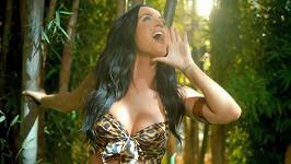 Katy Perry vděčí Bohu za svůj plný dekolt.