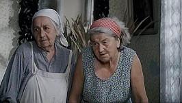 Cecilka a Keliška sledují video.
