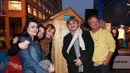 Sestava herců ze seriálu Cesty domů v Nejdelší frontě na záchod.