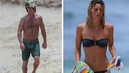 Sean Penn a mladší přítelkyně ukázali svaly v plavkách.