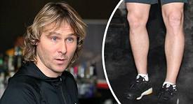 Fotbalový záložník Pavel Nedvěd se pochlubil dohladka oholenýma nohama.