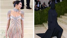 Ze střetu Kendall Jenner a Kim Kardashian na Met Gala se stalo meme.
