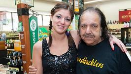 Ron Jeremy nemá ani po šedesátce o ženy nouzi.