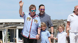 Tatínek Elton, tatínek David a jejich kluci Zachary a mladší Eliah.