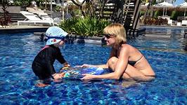 Po útoku medúzy se Lucca se synem raději koupala jen v hotelovém bazénu.