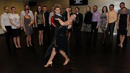 Katka a Honza při tanečním kurzu se svými studenty.