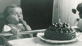 Poznáte holčičku, která se sápe po narozeninovém dortu?