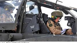 Harry v kokpitu vrtulníku Apache.