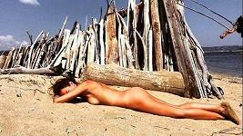 Krézlová se opalovala na zcela opuštěné pláži, proto plavky nebyly nutné.