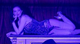 Holly Madison už opět svádí muže.