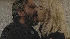 Emily při líbačce s Marcem Maronem