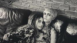 Cara Delevingne a Ashley Benson si jen tak něco líbit nenechají.