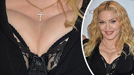 Madonna v modelu, který jí poněkud zdeformoval dekolt.