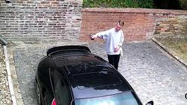 Mladý gauner poškozuje Landovo auto. A nakonec mu to projde!