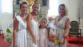 Zuza v kostele se svými sestrami, dcerou a kmotřenkou.