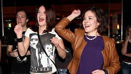 Rozdováděné seriálové herečky řádily na koncertu kapely River Jordan.