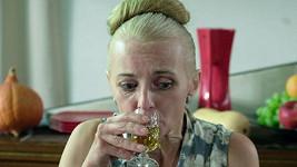 Veronika Žilková ve filmu ráda nasává.