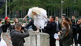 Bláznivá Lady Gaga se nechala vysadit na berlínskou zeď oděná do podivného kostýmu, pod kterým měla jen tanga.