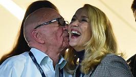 Rupert Murdoch se má po boku Jerr yHall čile k světu.