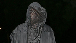 Koho ukrývá tento děsivý kostým?