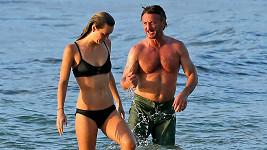 Sean Penn vyrazil se svou sexy kočičkou na Havaj.