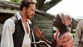 Lupita Nyong'o s Michaelem Fassbenderem ve filmu 12 let v řetězech
