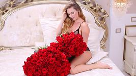 Tělo v prádle ji zakrývaly růže.