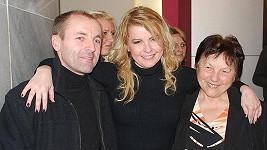 Iveta Bartošová s bratrem Lumírem a matkou Svatavou.