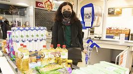 Představitelka Marie Řehákové ze Slunečné se zapojila do sbírky potravin.