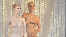 Markéta Poulíčková se nahá postavila do výlohy. Více ve fotogalerii.