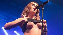 Tahle zpěvačka umí své fanoušky potěšit...